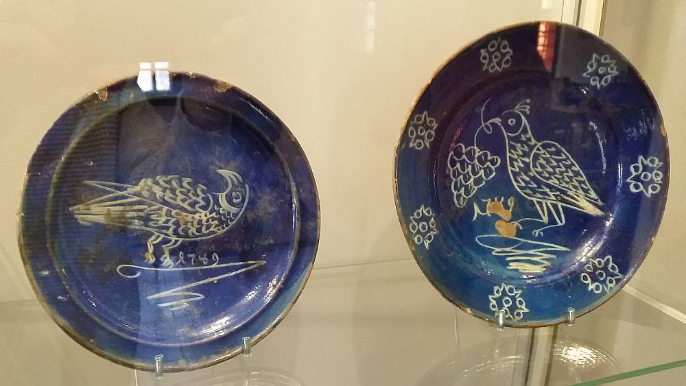 Farfurii din ceramică de Saschiz, județul Mureș, de la 1749, unele dintre cele mai vechi piese păstrate la noi.