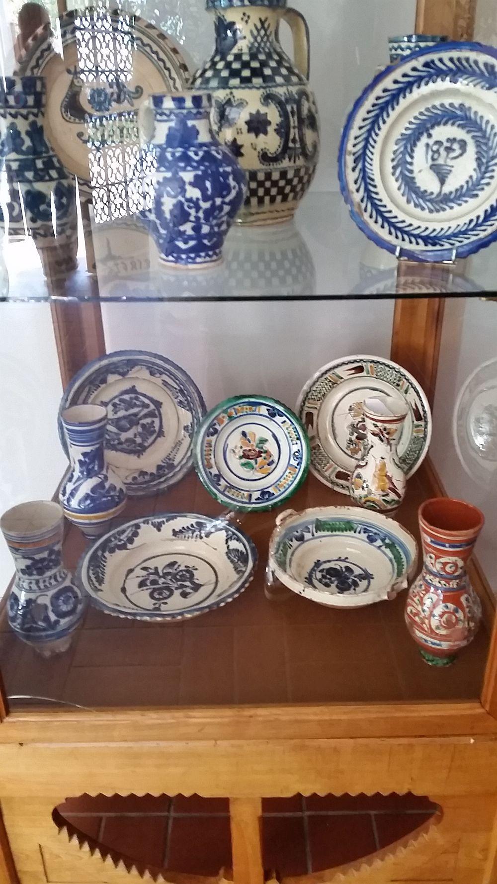 Colecție de ceramică expusă chiar în prima sală a muzeului Vila Minovici.