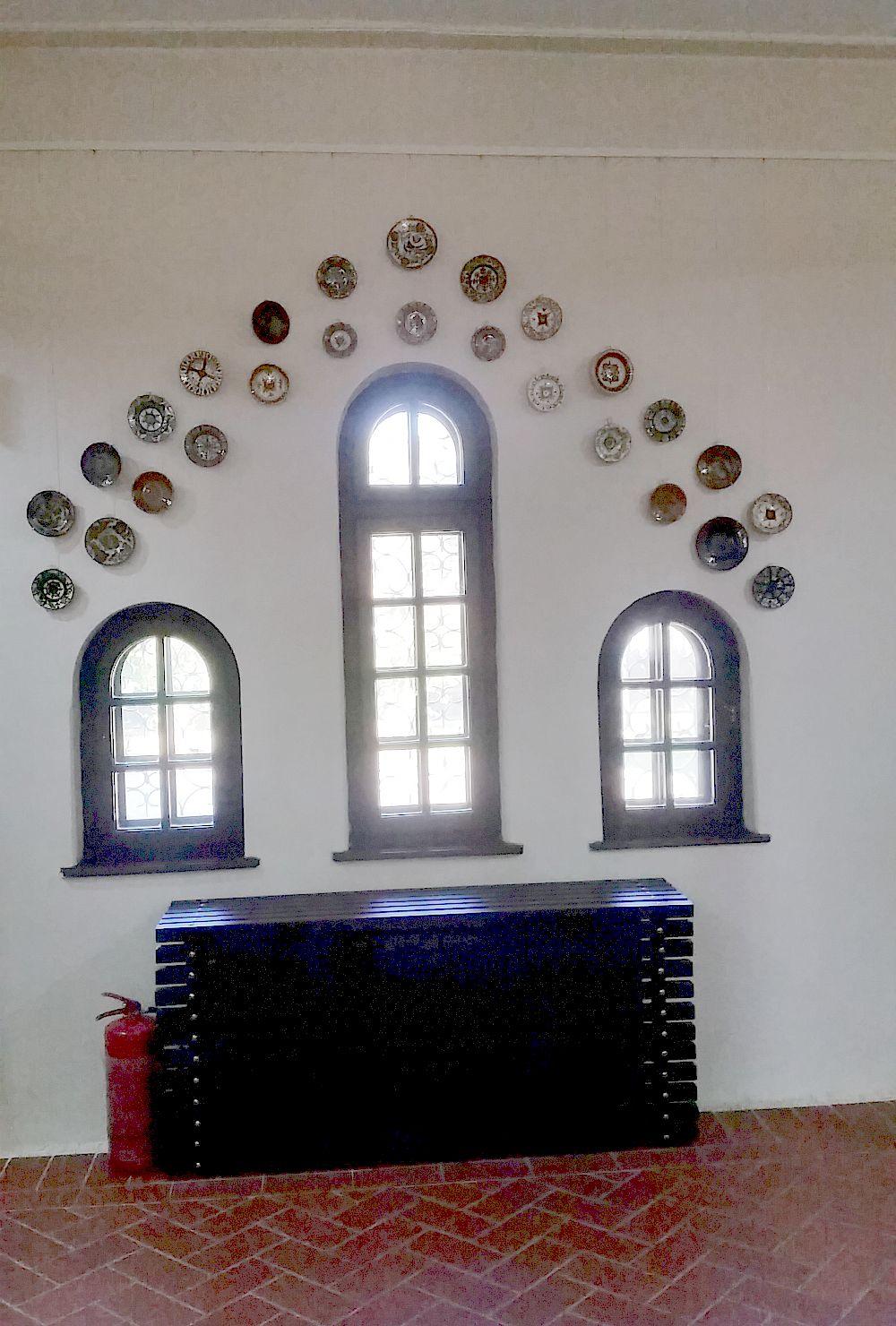 Farfurii care încadrează ferestrele sălii de costume.