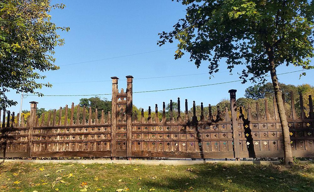 Gardul dinspre bulevardul care are deocamdată pe mijloc Fântâna Miorița, care curând se va reloca.