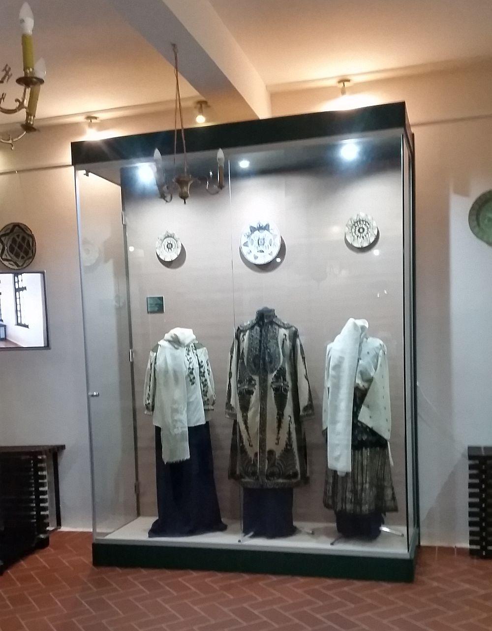 Sala de la parter găzduiește colecție de costume populare. Eu am fotografia doar o mică parte ca să te provoc să mergi la muzeu. Dacă te vei uita cu atenție la ele, când mergi în muzeu, îți vei da seama ce țesături extraordinare se făceau manual pe vremuri.