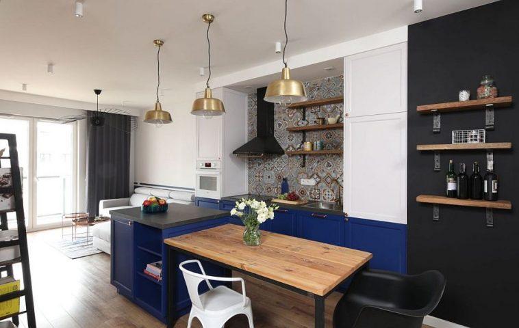 Bucătăria se vede încăde la intrarea în casă, iar prezența mesei poziționată în continuarea insulei din bucătărie dă senzația de ospitalitate. Deasupra mesei sunt poziționate corpuri de iluminat, care marchează funcțiunea.