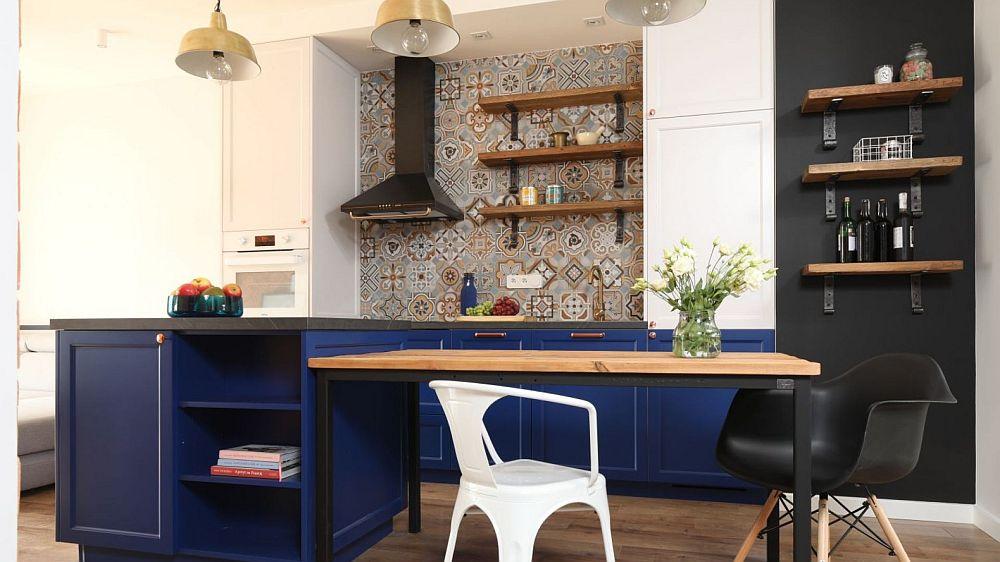 Bucătăria este personalizată prin culoarea, dar și prin plăcile ceramice de tip patchwork de la Vives. Partea de sus a bucătărie este tratată în alb și negru, iar partea inferioară este albastru deschis, de unde senzația de trăinicie, totul este bine așezat, ine ancorat la nivelul pardoselii.