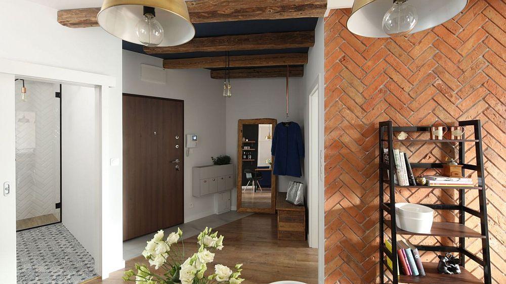 Din holul de la intrare se deschid toate încăperile locuinței, iar zona de zi care cuprinde bucătăria și livingul sunt complet deschise. Astfel, lumina naturală pătrunde și către centrul locuinței. Se poate vedea cărămida aparentă montată în V ăpe peretele din living, o altă tușă care vorbește despre Andaluzia.