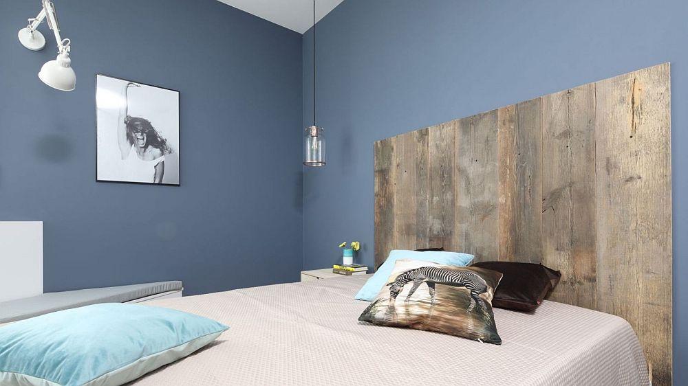 Locul patului este marcat printr-o nuanță inchisă de albastru prin care s-au mai estompat din colțurile ciudate ale camerei. Tăblia patului este un accent mediteranean și un material natural care personalizează locul de odihnă.
