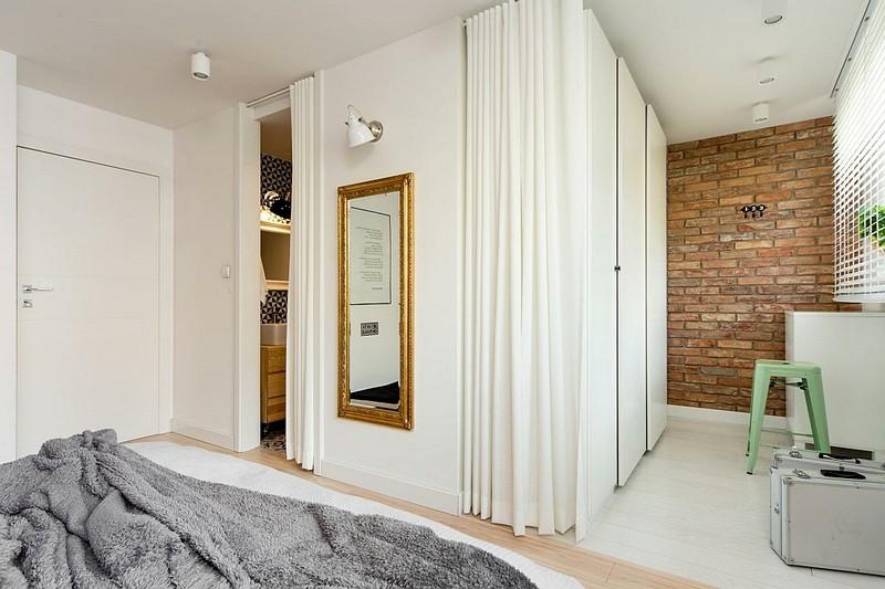 În fața patului există două spații funcționale: dressingul deschis către zona de odihnă și baia matrimonială separată cu ușă interioară.