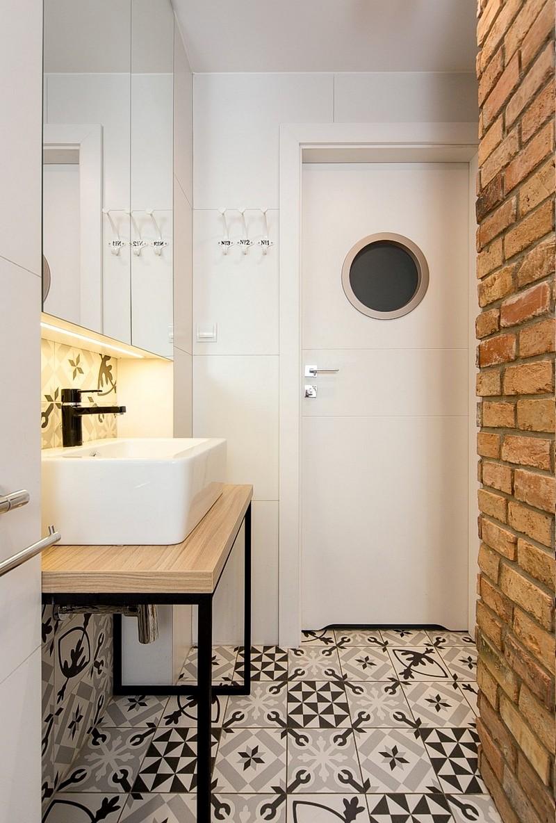 A doua baie din locuință este amenajată în același stil ca și cea matrimonială, dar este marcată și de o ușă haioasă cu hublou.