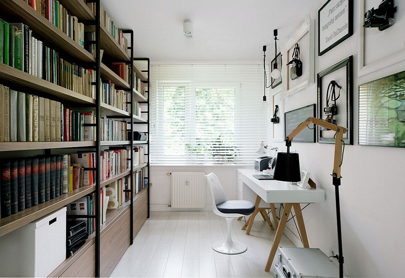 Înspre fereastră a fost prevăzut locul mesei de birou, iar deasupra sunt tablouri, obiecte și fotografii preferate de proprietari.