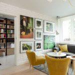 Galenul se regăsește și în living prin tapițeria fotoliilor și câteva perne decorative. Tablourile colorează ambientul și creionează o poveste, una personală a tinerilor proprietari. Din spațiul livingului se accede în altă cameră, inițial dormitor, acum transformată în spațiu de birou.