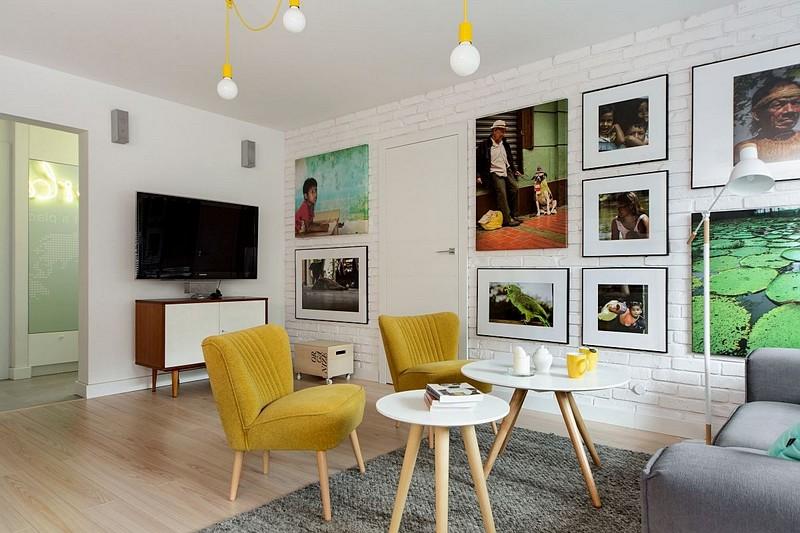 Locul de televizor din living nu este unul central, ci mai ascuns, dar poziționat opus față de canapea. Prin prezența tablourilor, ecranul tv aproape că se pierde, ceea ce și-au dorit și proprietarii.