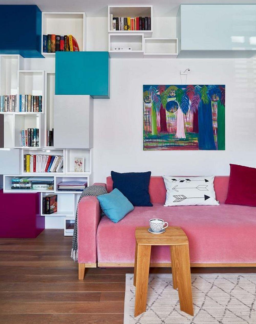 Da, proprietara și-a dorit toate aceste culori, așa că designerii i-au conceput o bibliotecă ce formează un ansamblu de cuburi colorate, pe lângă prezența decorațiunilor textile (perne decorative) și a tapițeriilor. Piesele mici de mobilier au fost alese cu picioare sau integral din lemn pentru a compensa paleta rece de culori.