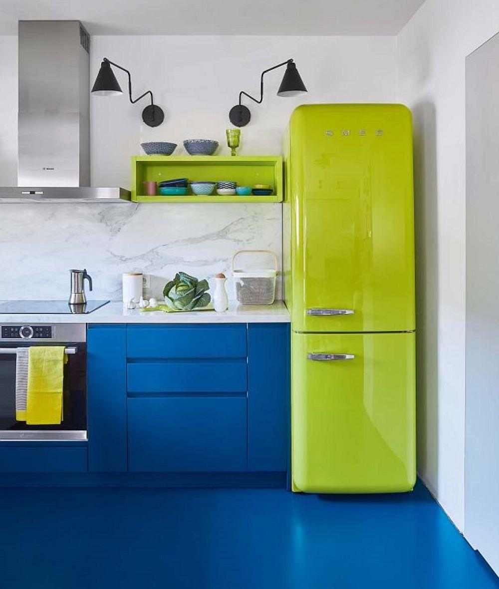 Pentru ca fragmentările să nu fie prea multe în bucătărie, oricum culorile fiind deja puternice la nivelul mobilierului, designerii au prevăzut ca pardoseala bucătăriei să fie finisată cu vopsea epoxidică mată în aceeași nuanță cu a corpurilor inferioare ale bucătăriei.