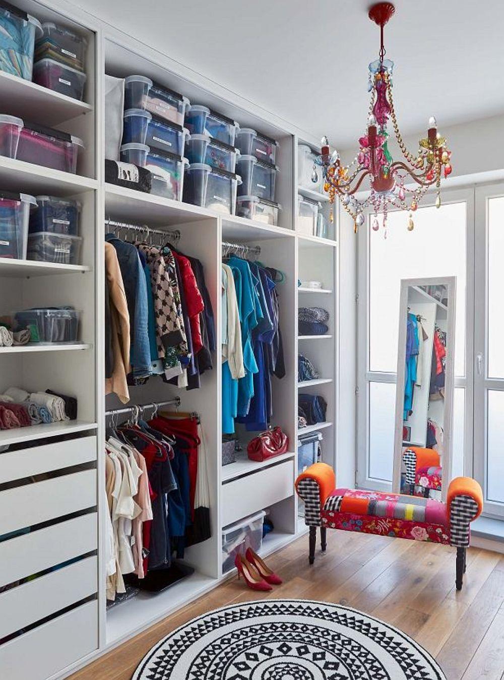 Dressingul este o cameră dedicată depozitării hainelor, ca atare nu a fost nevoie ca dulapurile să aibă uși. În această cmeră designerii au găsit locul obiectelor colorate achiziționate încă înainte de amenajare de către proprietară, respectiv taburetele tapițat și candelabrul colorat. (ambele piese le poți găsi la kika).