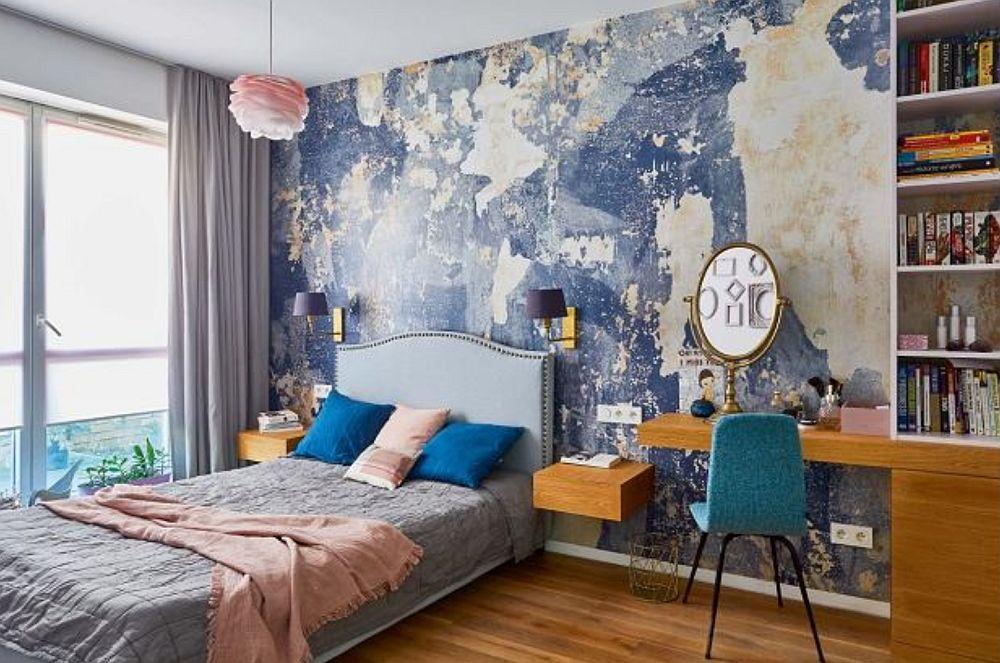 Dormitorul este marcat de un tapet care imită un perete degradat. A fost achiziționat de la Rebelwalls. Dar pe lângă patul de dormit s-a dorit și un loc de birou, așa că el este configurat în relație cu noptierele patului.