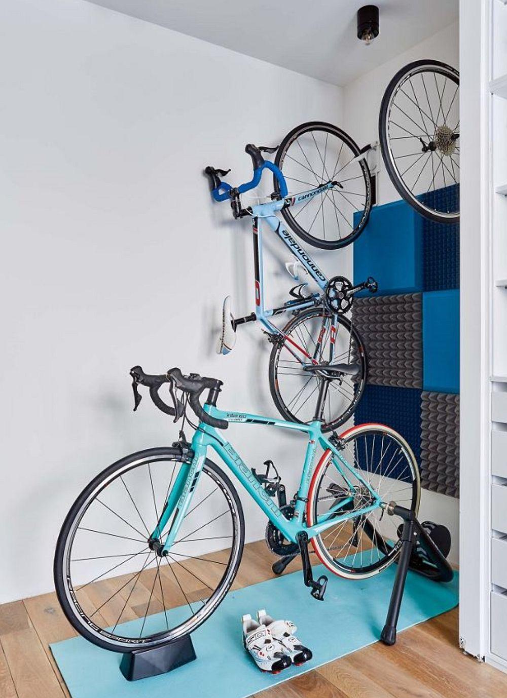 În spațiul dressingului sunt acomodate și locurile pentru bicicletă și pentru zona de sport dorită de către proprietari.