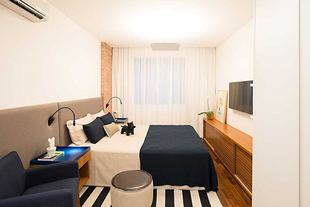 Dormitorul este o cameră lungă și îngustă, așa că spre fereastră a fost poziționat patul, iar către ușa interioară spațiile de depozitare. Totul minimal, dar plăcut amenajat, pe gusturile proprietarilor.