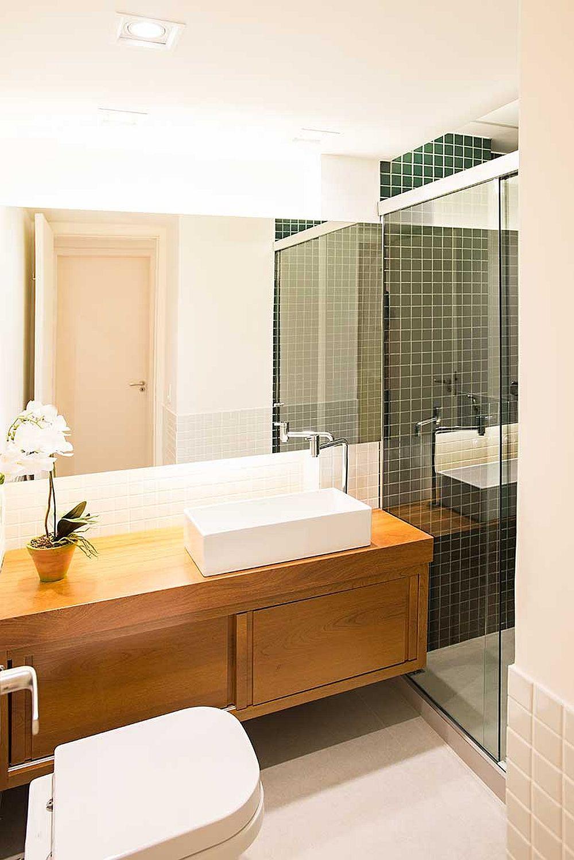 Există două băi în apartament, iar cea de serviciu a fost amenajată și cu loc de duș, mai ales că proprietarilor le place să aibă oaspeți pe care să-i găzduiască peste noapte.
