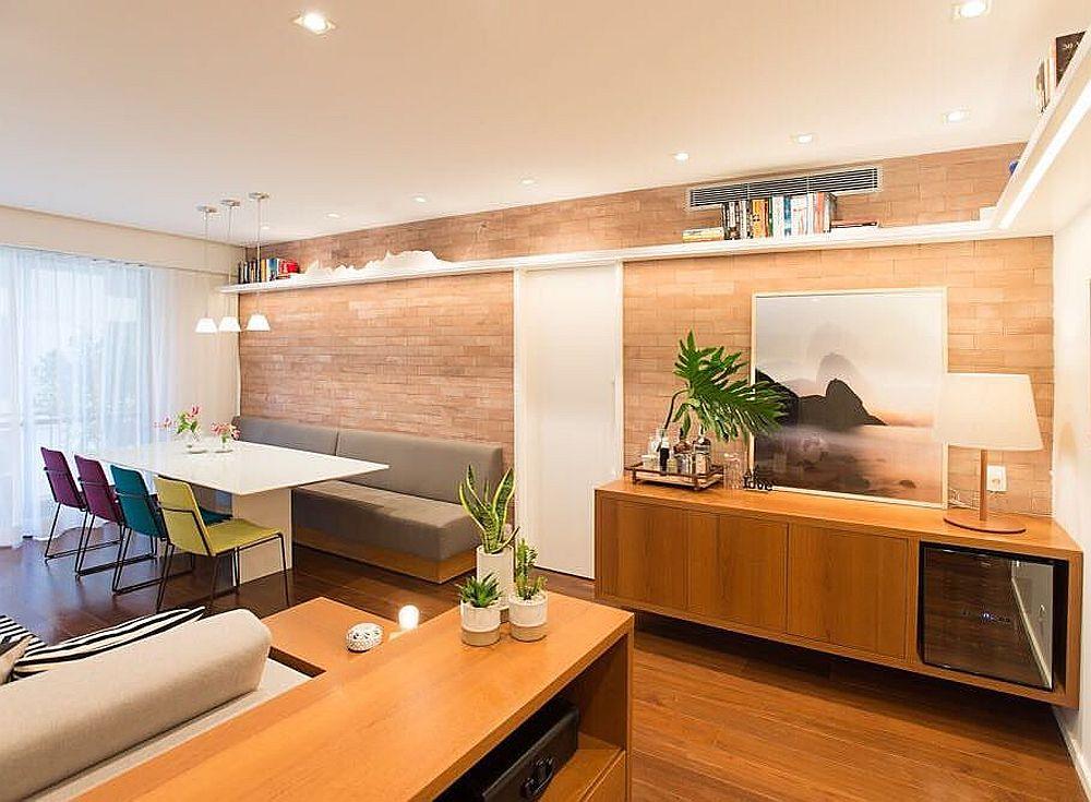 Spațiul locuinței a fost complet remodelat în zona de zi. Înainte aici era separate camera de zi, bucătăria și un hol ângust. Acum, intrarea în cameră coincide cu intrarea într-un spațiu amplu unde toate funcțiunile sunt prezente, dar frumos organizate și separate prin mobilier.