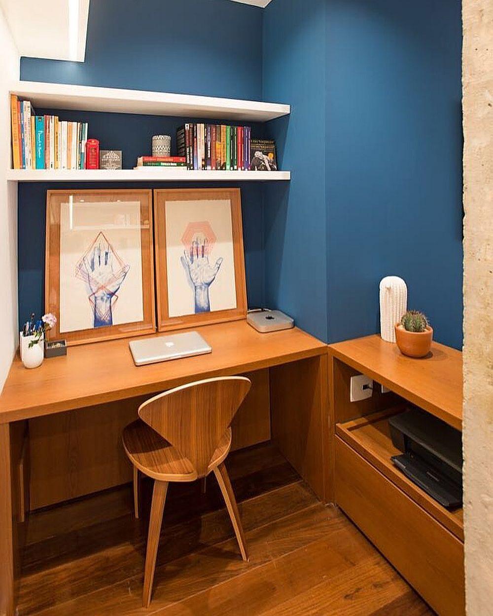 Spațiul pentru locul de birou este în aceeași linie cu bucătăria, dar între cele două funcțiuni s-a trasat un perete despărțitor. Aici totul este minimal, dar exact cât trebuie pentru lcrul acasă în liniște.