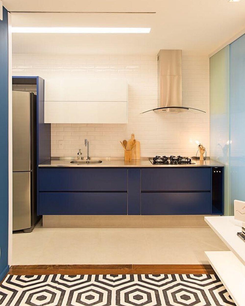 Când ai bucătărie deschisă către living contează mult aspectul ei. Cu cât mai minimală și mai ordonată cu atât și ambientul livingului e mai puțin încărcat.