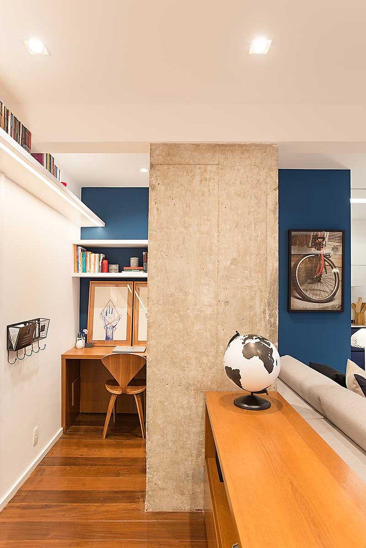 Peretele din fundalul spațiului deschis al camerei de zi a fost finisat în aceeași culoare de albastru închis, care induce senzația de profunzime.