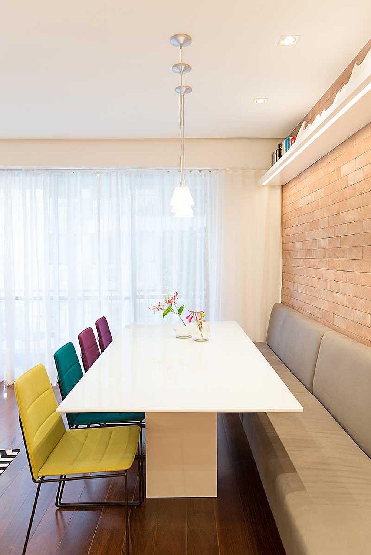 Pentru a configura mai multe locuri de ședere în jurul mesei, dar într-un spațiu mai restrâns, arhitecții s-au gândit la banchetă fixă pe o parte a mesei. O astfel de piesă de mobilier necesită mai puțin spațiu decât scaunele. În plus, pentru ca toată lumea să poată sta confortabil, masa aleasa nu are picioare, ci un singur picior central care permite suficient loc tuturor la masă, inclusiv la capetele ei.