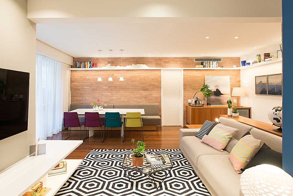 Locul de luat masa este situat lângă fereastră, iar în dreptul ușii interioare există un culoar liber de circulație către living, dar și în spatele canapelei către locul de birou. Practic, centrul camerei este lăsat liber, de unde și senzația de spațiu mai amplu.