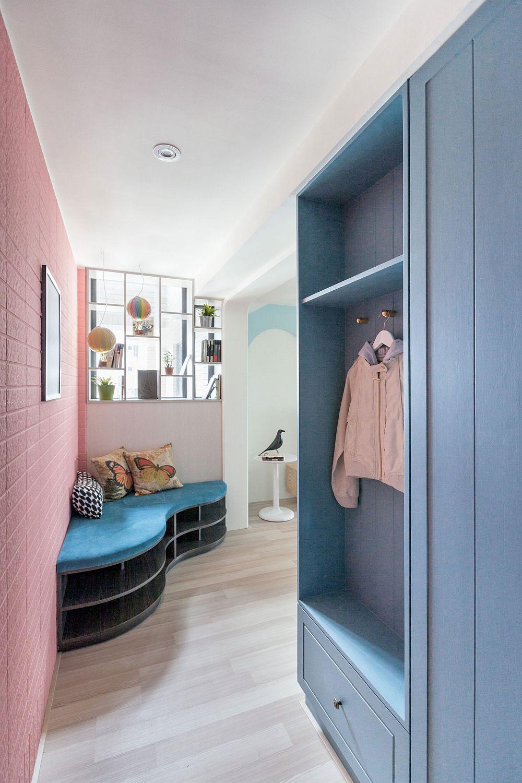 La intrarea în locuință un dulap cu rol de cuier și pantofar lasă puține lucruri la vedere. Atenția este atrasă imediat de combinația de culori, dar și de bancheta situată pe colț, realizată pe comandă conform proiectului designerilor.
