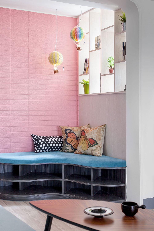 Fereastra din hol a fost folosită ca loc pentru o etajeră. Prin această modalitate s-a asigurat lumină naturală, dar și intimitate la intrarea în casă, chiar dacă fereastra este practic blocată de mobilier. Peretele din hol este îmbrăcat cu un tip de cărămidă aparentă, vopsită ulterior într-o nuanță de roz.