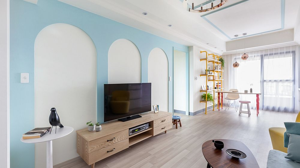 Desenul arcadelor estompează prezența golului către holul dormitoarelor și creează impresia de mai multă luminozitate în relație cu fereastra amplă situată pe lățimea spațiului zonei de zi.