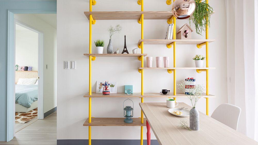 Biblioteca realizată pe comandă după proiectul designerilor este clar una în stil industrial, dar culoarea vivace de galben o duce în registrul vesel și jucăuș, iar în combinație cu restul ambientului este un accent discret masculin, care echilibrează paleta feminină de culori.