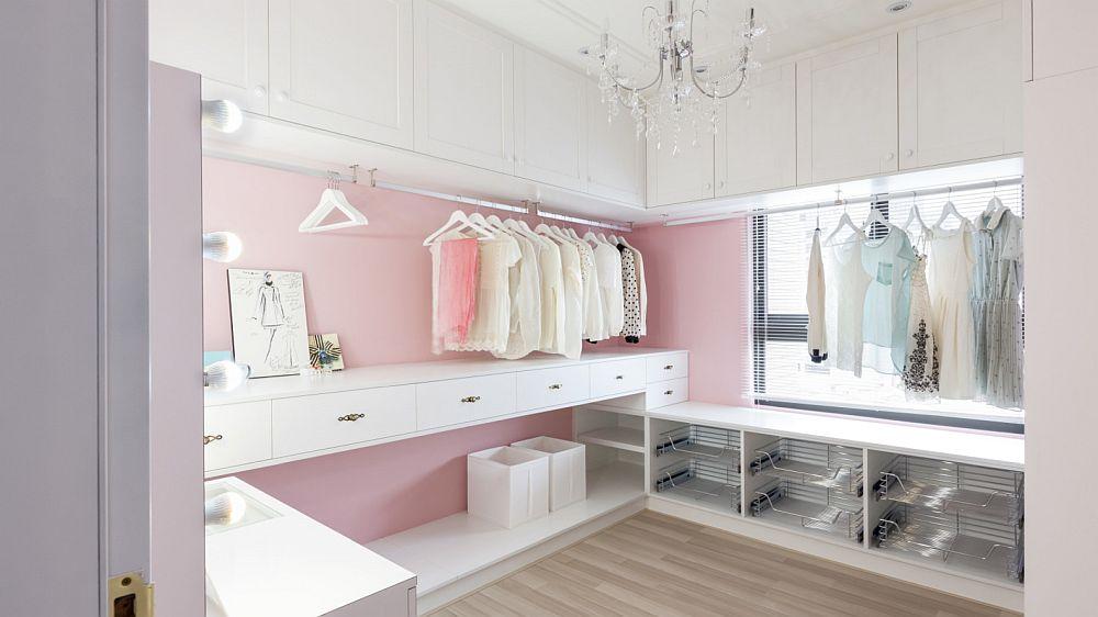 Un spațiu la care orice femeie visează, dar și multe familii: dressingul. O încăpere mobilată cu diverse corpuri fără uși pentru acces facil la haine.