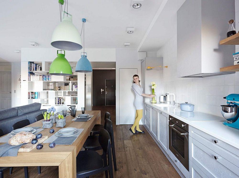 Față de intrarea în casă, locul de birou de pe hol asigură separarea parțială a zonei de zi, fără a obtura însă lumina naturală.