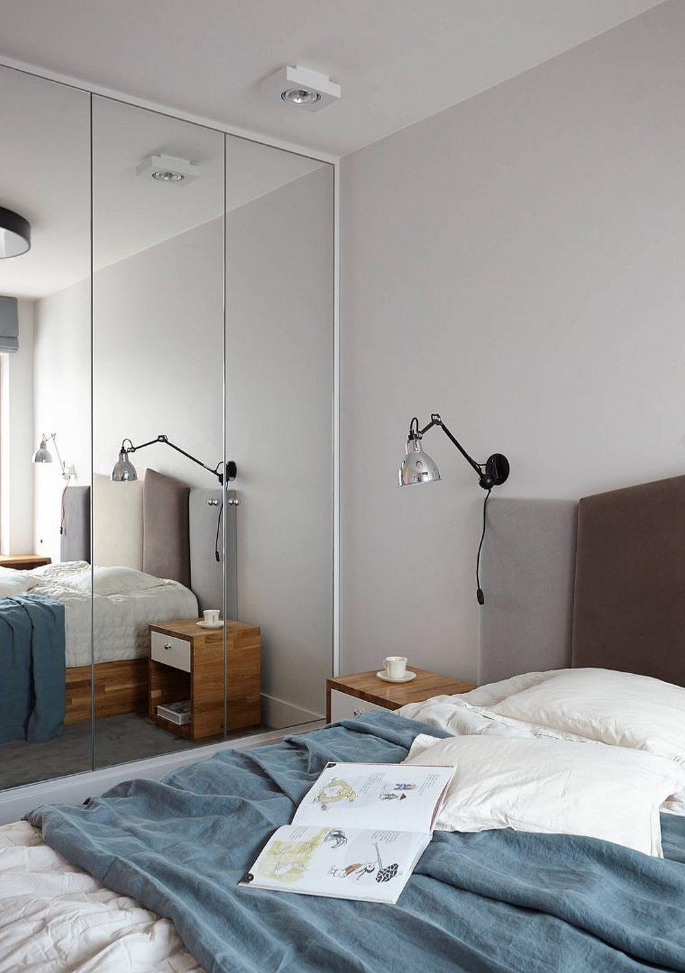 În dormitorul matrimonial al acestei locuințe, pe lângă patul care ocupă o suprafață mare, dulapul ocupă și mai mult din dimensiunile camerei. De aceea, arhitectele au prevăzut ca fețele dulapului să fie placate cu oglinzi și astfel senzația de lumină și spațiu să fie amplificate.