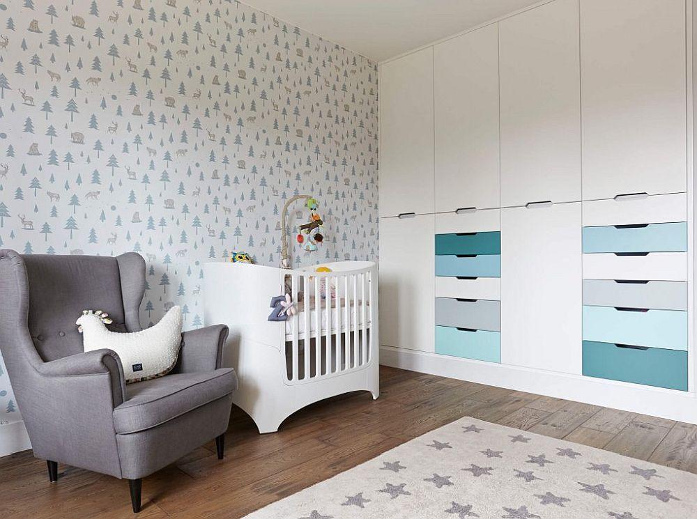 Camera copilului este simplu și funcțional amenajată astfel ca ea să fie actuală și după ce bebelușul va crește. Soluția? Un dulap conceput pe toată lățimea camerei, iar în rest un mobilier minimal. Cert este că atunci când copilul va crește, pentru a nu-i umple camera cu pat și cu loc de birou, spațiul pentru studiu poate fi unul dintre cele două configurate pe hol.
