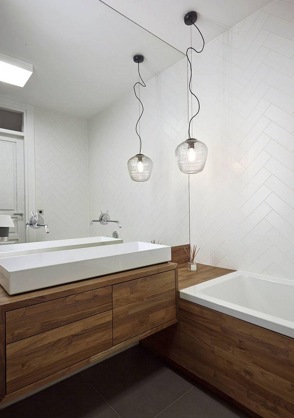 Baia principală este situată între cele două dormitoare și este amenajată minimalist. Ți-am prezentat-o pentru că sigur ai curiozitatea să știi cum a fost amenajată. Deci, o locuință spațioasă în zona de zi, cu spațiul cam larg de holuri, dar ingenios exploatată. Sper să te inspire și pe tine!