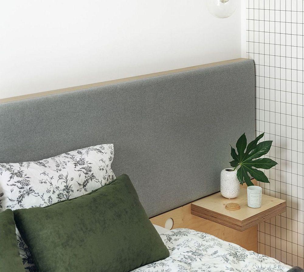 Tăblia patului este din placaj de lemn, dar partea superioară este tapițată pentru mai mult confort.