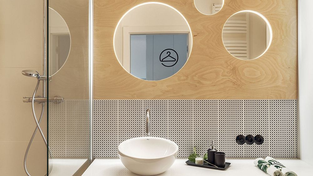 Și în baie placajul de lemn este prezent continuând tonul amenajării. Totul simplu, minimal, funcțional exact vât trebuie pentru o locuință cu destinație de vacanță. Sper să te inspire și pe tine ideile de aici!