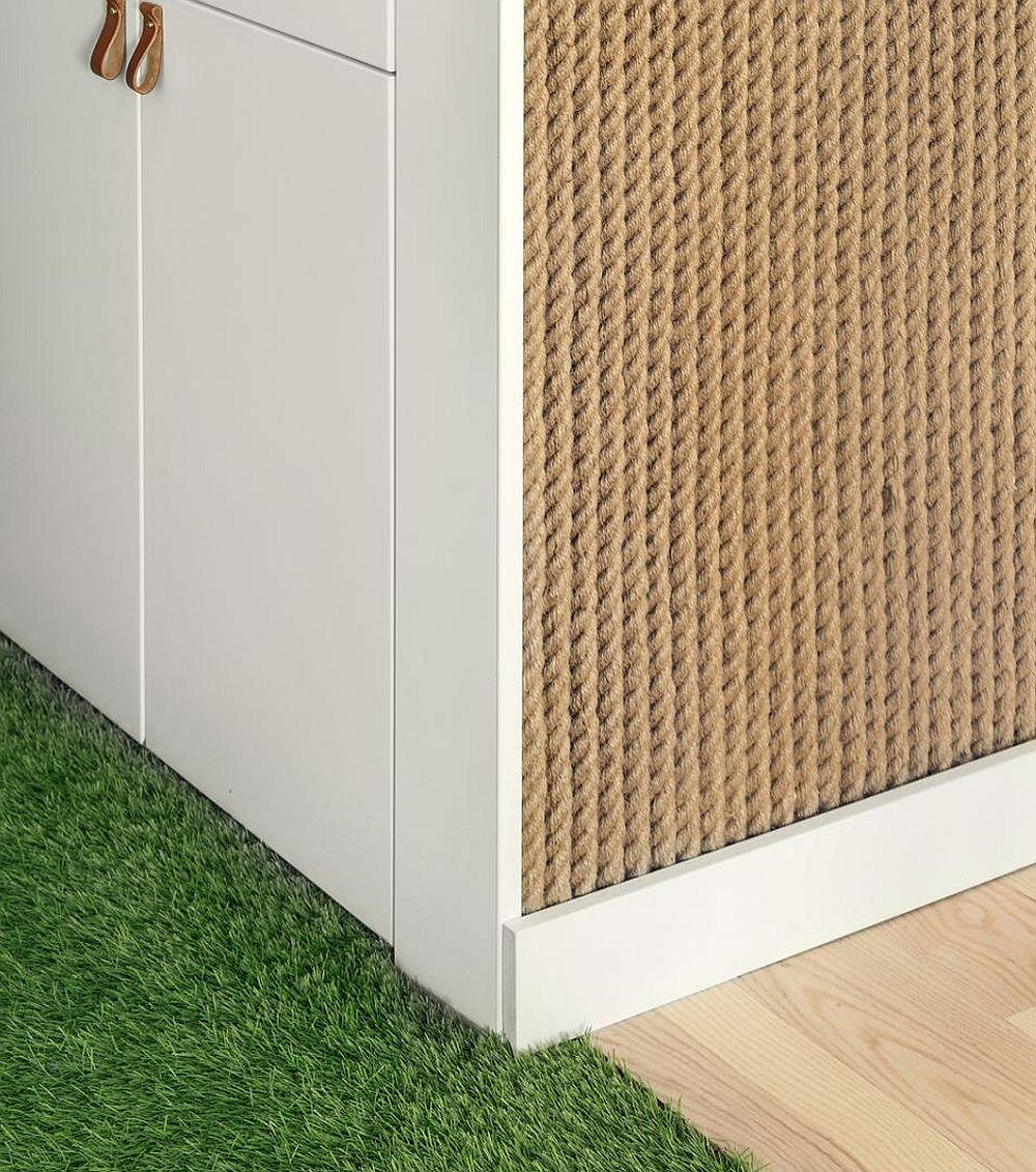 Livingul este deschis către hol. În zona de acces în casă prin covor este sugerată iarba, o reinterpretare a naturii la interiorul locuinței.