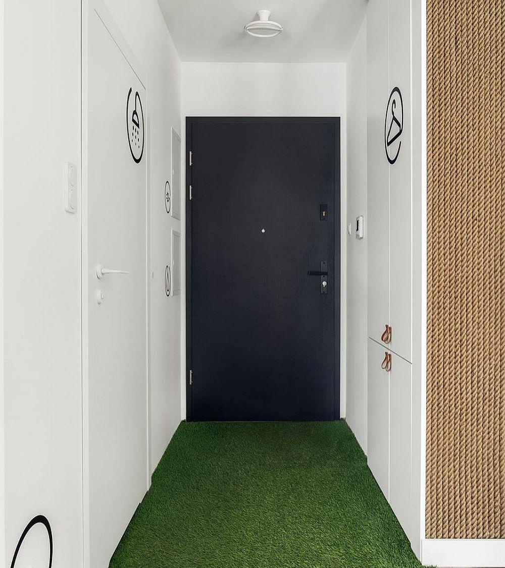Toate spațiile de depozitare sunt în hol, dar configurate simplu, pentru a fi cât mai bine camuflate. Din acest hol se face accesul către baie și către dormitor.