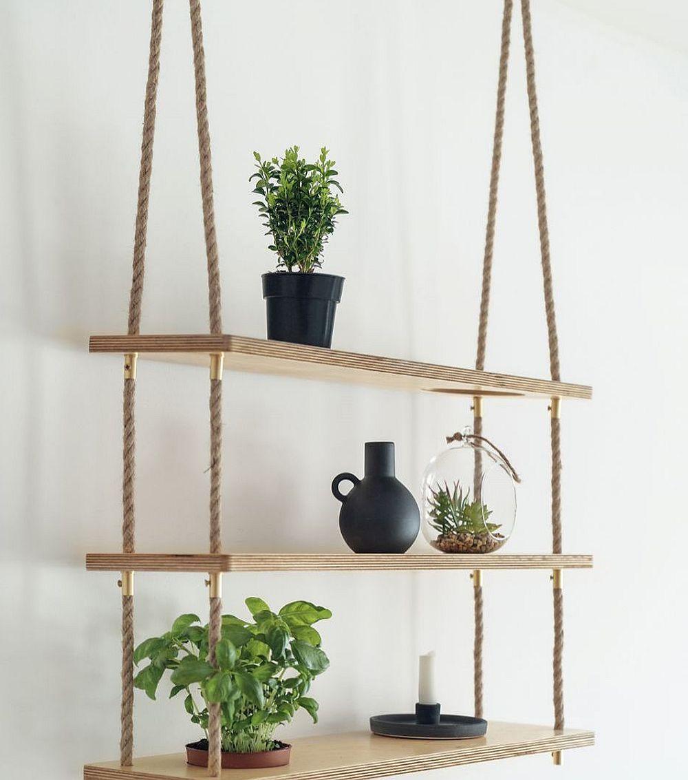 În loc de decorațiuni, o etajeră cu rafturi din foi de placaj din lemn prinsă cu sfoară accentuează stilul marin minimalist al locuinței.