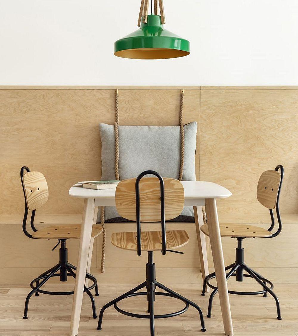 Pentru locul de luat masa, pe lângă scaune este și o banchetă, practic prelungirea comodei și a locurilor de ședere cu perne din living.