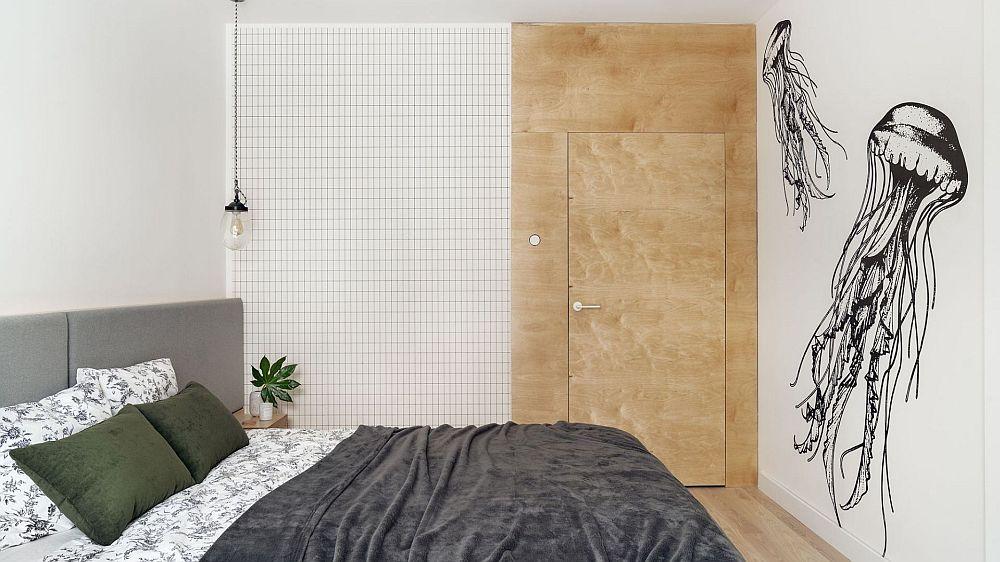 Ușa dormitorului placată la fel ca și zonele din jurul ei pentru a fi camuflată în ambient.