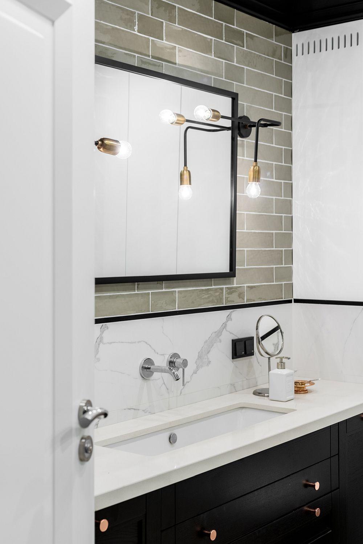 Combinația de obiecte și stiluri este cea rpin care se poate obține un spațiu deosebit. Nu finisajele sunt cele care ies în evidență, ci accentele precum rama oglinzii, butonii mobilierului, alura corpului de iluminat. De aceea un spațiu elegant are întotdeauna finisaje simple, pe suprafața cărora detalii ies în evidență.