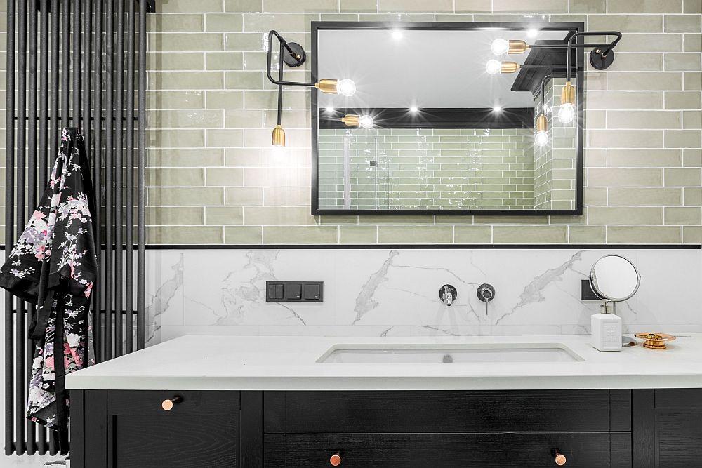 Blatul mobilierului din baie este similar placării peretelui din zonă, iar sub el se află lavoarul. Este o soluție elegantă, igienică și rezistentă în timp.
