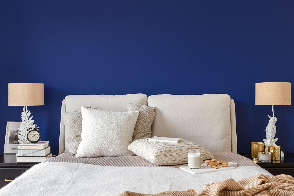 Forma patului contează foarte mult într-un dormitor atât pentru creionarea stilului, cât și pentru senzația de confort. Un pat tapițat cu muchii rotunjite este de preferat într-un spațiu mic. Chiar dacă are un design actual, cu accesorii clasice ansamblul devine mai romantic. Deci nu e nevoie de imprimeuri clasice, tapet sau placări speciale pentru a conferi dormitorului un aer clasic, ci e suficient să se aibă în vedere o combinație armonioasă care să sugereze clasicul.