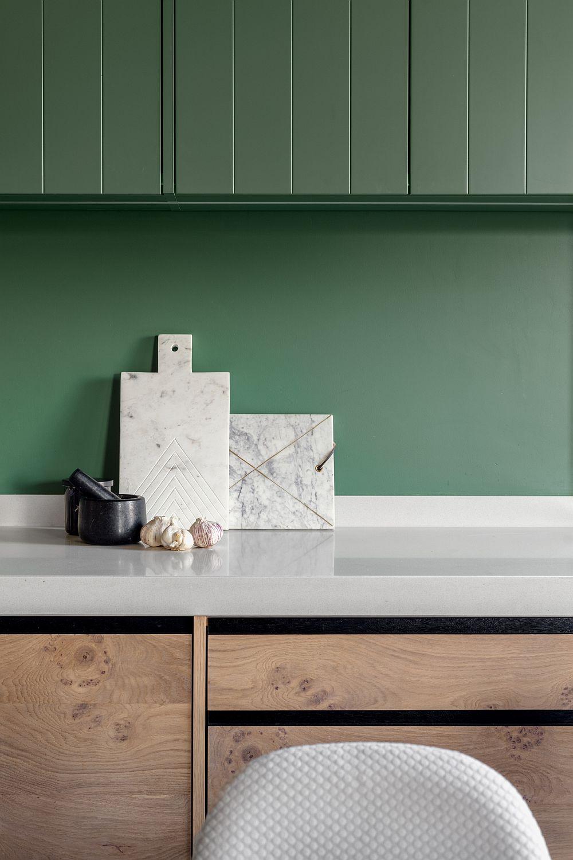 Există vopseluri lavabile de calitate care pot face față cu brio în spații umede, cum sunt bucătăriile și băile. Mai mult, aceste vopseluri lavabile de calitate pot fi comandate în aceleași nuanțe pentru suprafețe diferite. Adică poți avea aceeași culoare pentru perete și tot aceeași culoare și pentru suprafețele din lemn sau MDF: Asta nu înseamnă că se folosește aceeași bază de vopsea, ci că firma respectivă poate furniza aceeași culoare pentru suprafețe diferite prezente în același spațiu.