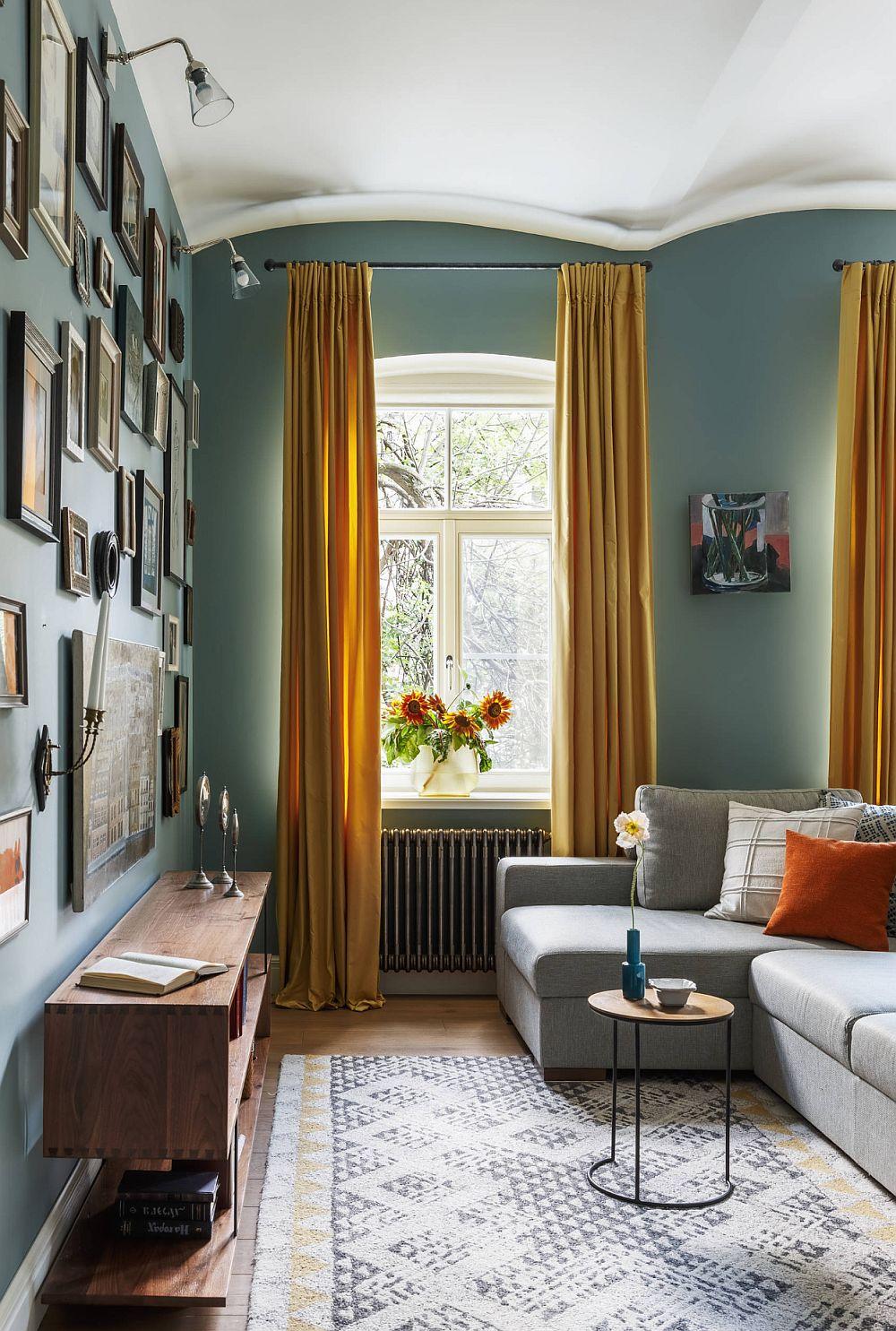 Accesul din hol se face direct în zona de zi, unde funcțiunile sunt înșiruite: living, sufragerie și bucătărie, iar în lateralul acestora este separat biroul și mai departe cămara.