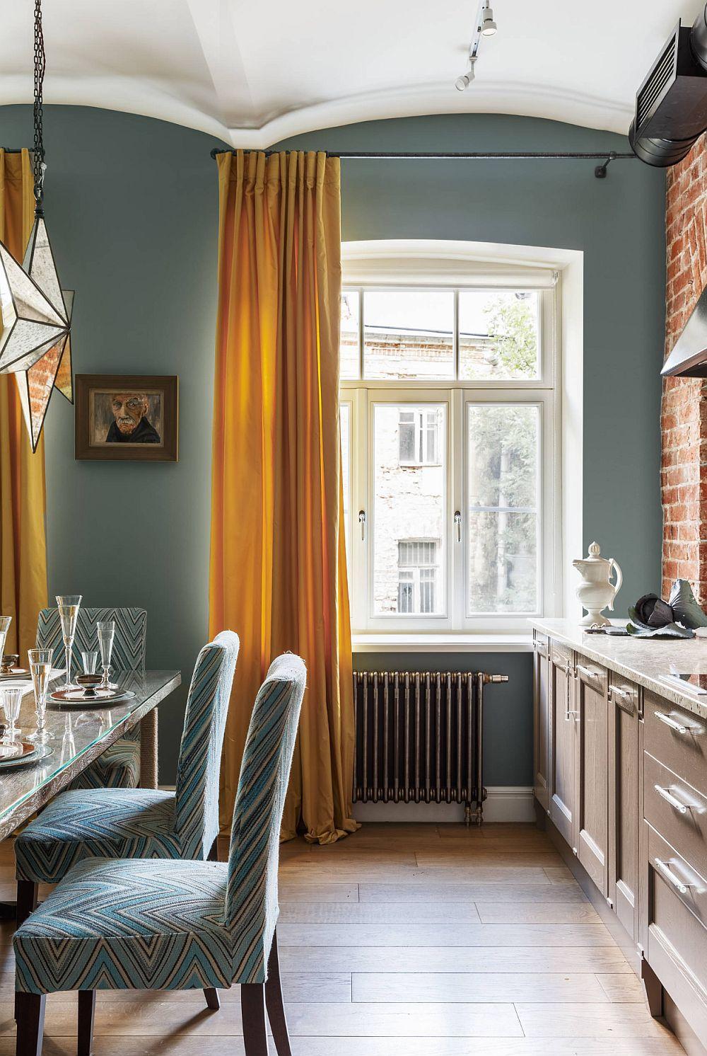 Bucătăria este organizată pe o singură latură, iar designerul a propus o mobilare cât mai sumară pentru a nu încărca spațiul. În schimb, față-n față cu fereastra din dreptul bucătăriei este ușa de acces către cămară, unde sunt depozitate toate cee necesare lucrului din bucătărie.