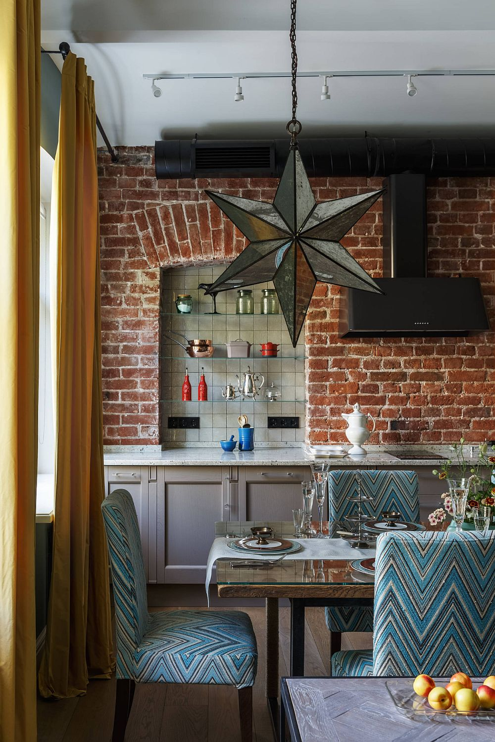 O nișă existentă în spațiul corespondent bucătăriei a fost păstrată de către designer și pusă în evidență prin placare peretelui cu cărămidă. Interiorul nișei este placat cu plăci ceramice glazurate, deci un contrast de textură între cărămidă și ceramică care aduce o strălucire subtilă în zonă alături de rafturile din sticlă.